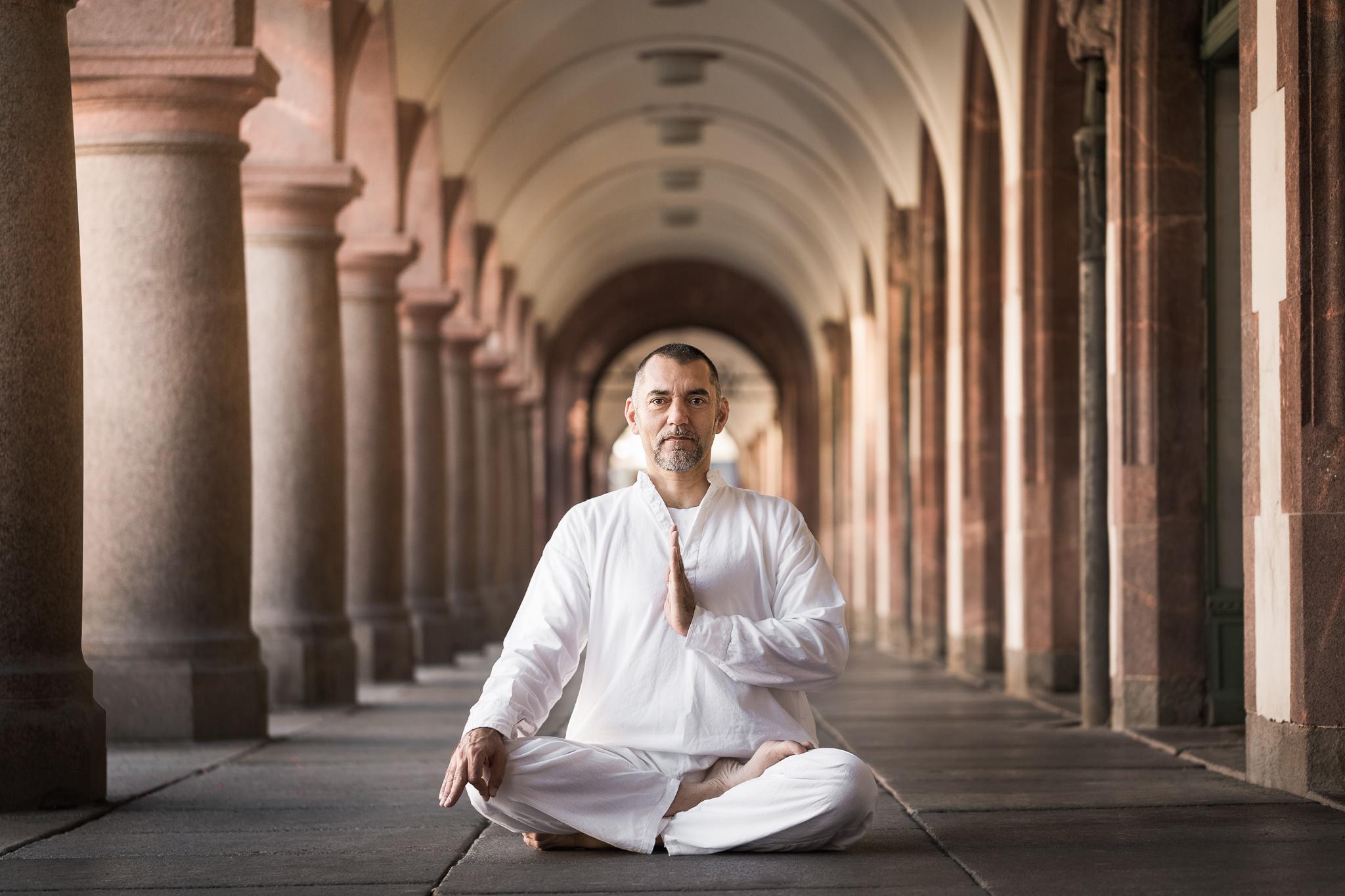 Yogalehrer Franko halber Lotussitz