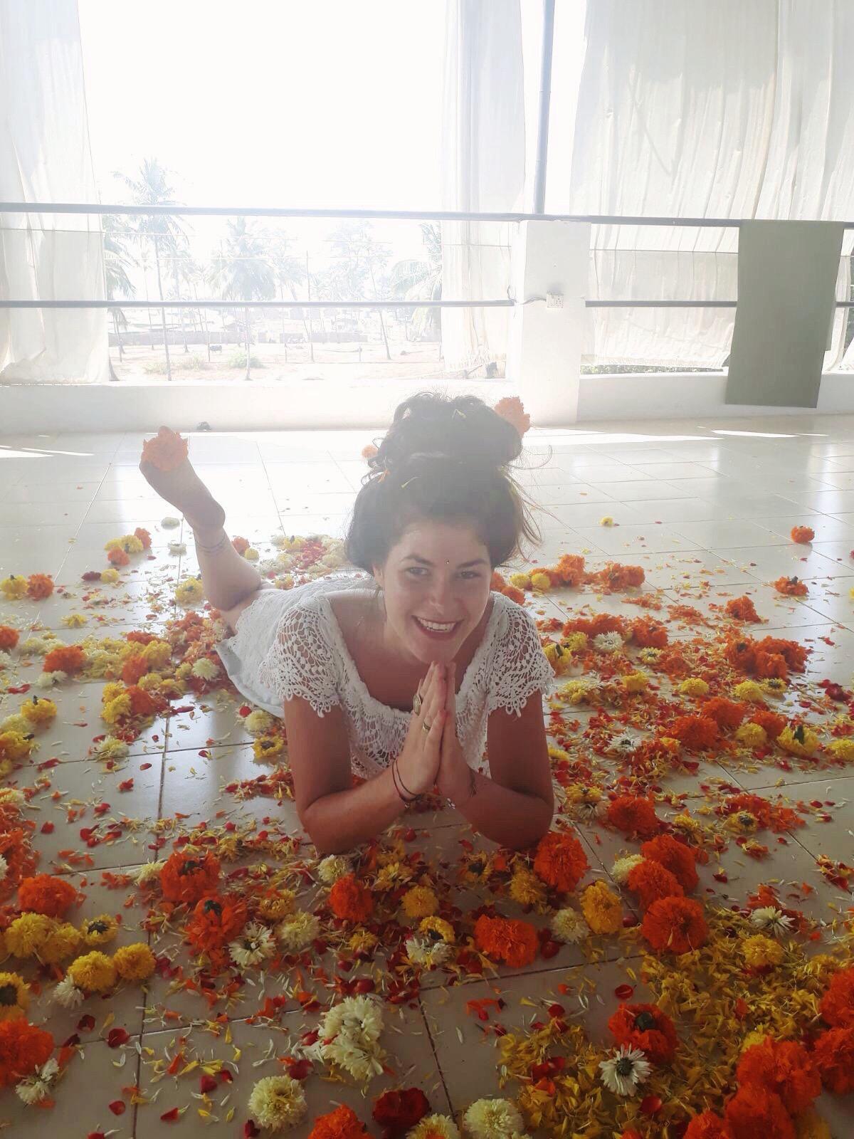 Lea Yogalehrerin im Blumenbad